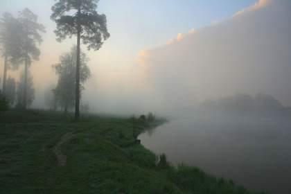 Над рекою расстилается туман П.В
